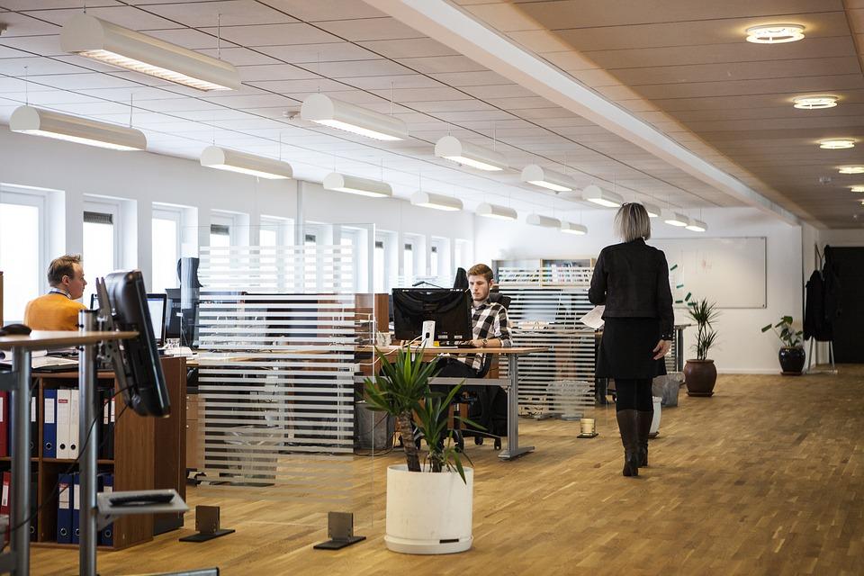 Ahorra energía y costes al iluminar la oficina correctamente